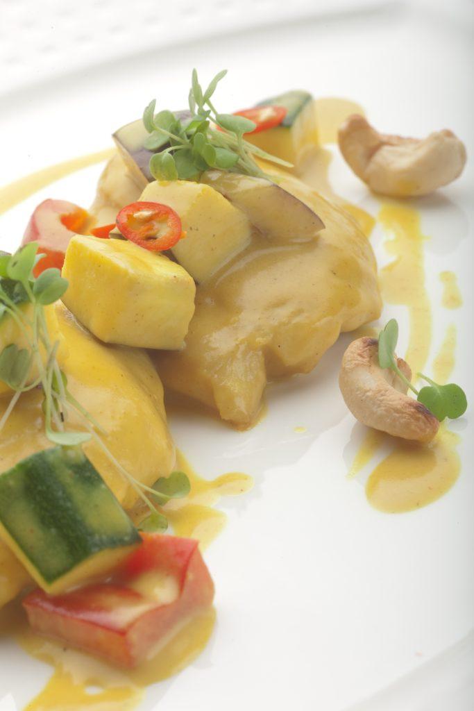 Pierś Kurczaka Zagrodowego w sosie curry z kolorową papryką, bakłażanem i cukinią