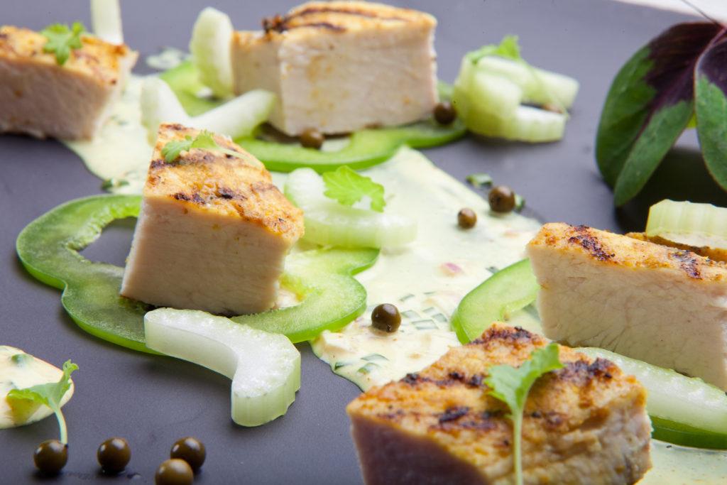 Sałatka z grillowanej piersi Kurczaka Zagrodowego ze świeżym ogórkiem, papryką i jogurtowym sosem curry