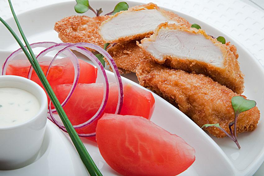 Fileciki z Kurczaka Zagrodowego w chrupiącej panierce kukurydzianej z sosem jogurtowym i szczypiorkiem