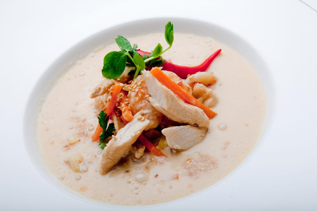 Orientalna zupa z kurczakiem, krewetkami, mlekiem kokosowym i świeżą kolendrą