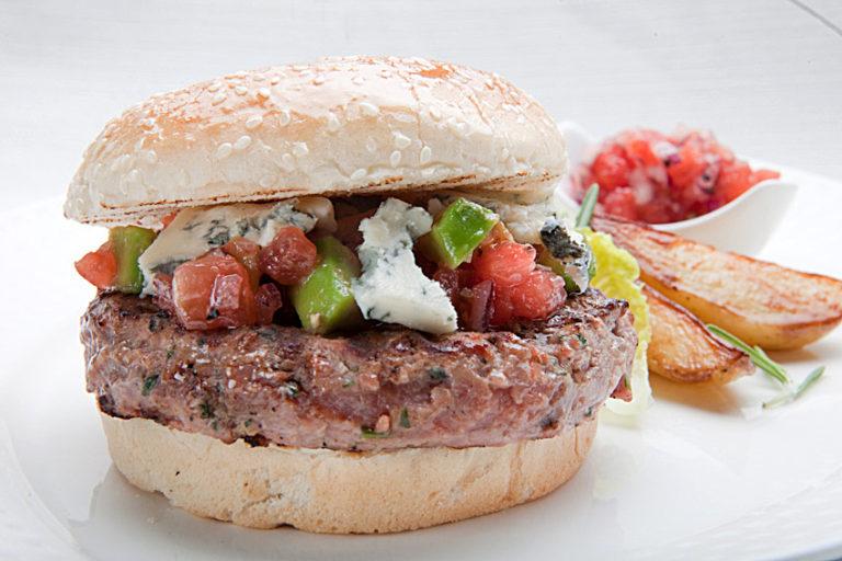 Hamburger z Kurczaka Zagrodowego z koledrą, chilli oraz salsą pomidorową z avocado