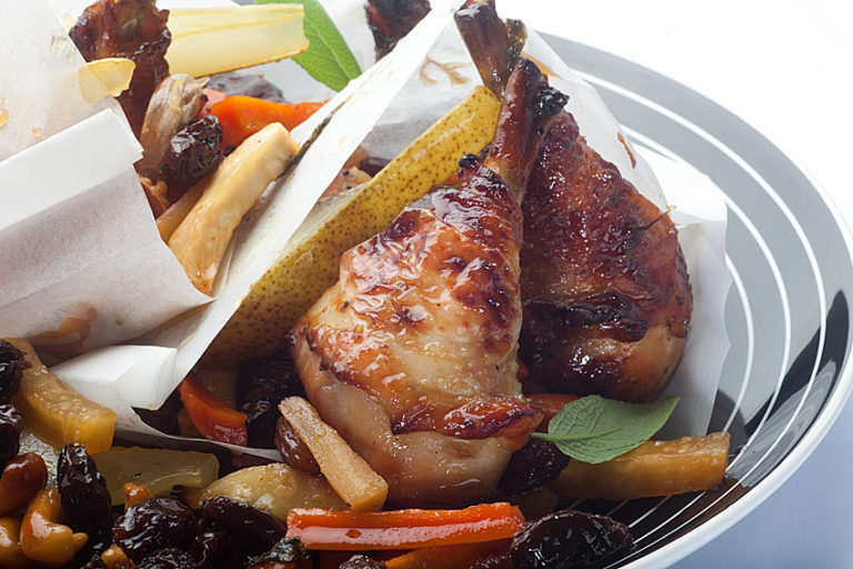 Pieczone podudzia z kurczaka zagrodowego z gruszkami miodem i bakaliami