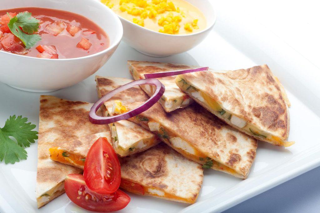 Quesadillas z pieczona piersia kurczaka zagrodowego i serem cheddar