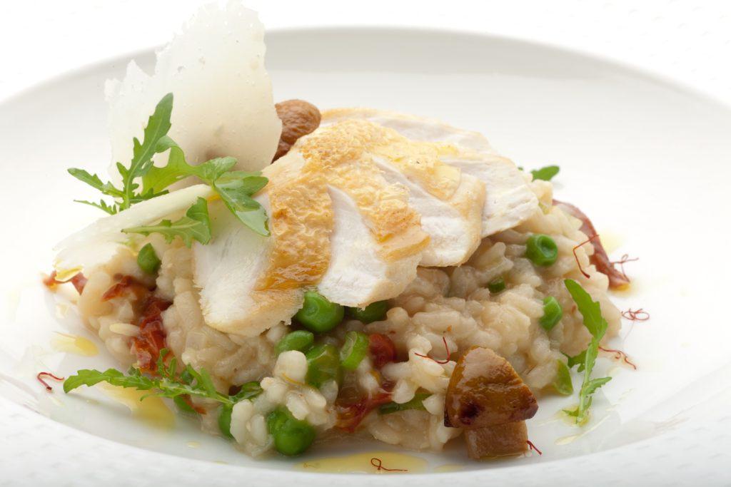 Szafranowe risotto z borowikami i pieczoną piersią kurczaka zagrodowego