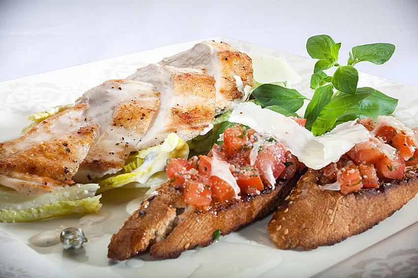 Sałatka z grillowaną piersia kurczaka zagrodowego i chrupiącymi grzankami z pomidorami