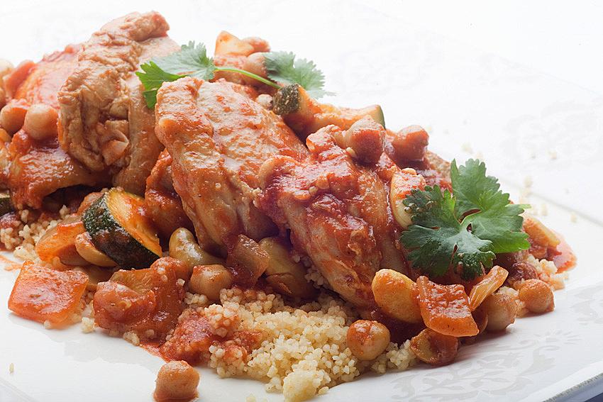 Marynowane uda z kurczaka zagrodowego duszone z pomidorami, cieciorką i świeżo siekaną kolendrą