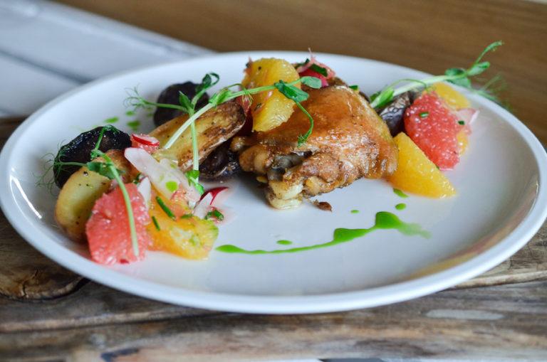 Uda kurczaka confit z sałatką z cytrusów i kolorowymi ziemniakami