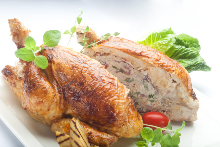 Aromatyczny kurczak pieczony faszerowany serem feta z ziołami